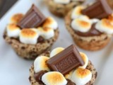 mini s'more cups topper with Hershey's chocolate are a traditional idea for a wedding
