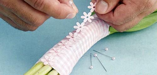 Delightful DIY Bridesmaid's Bouquet Wraps With Ribbon