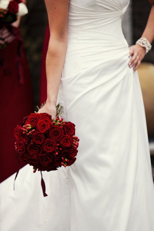 Adorable Christmas Wedding Bouquets   Traditional And Not Only