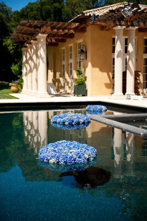 32 adorable floating flower wedding decorations weddingomania for Floating candles swimming pool wedding