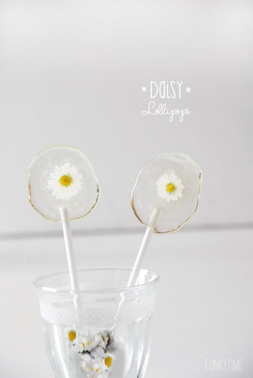 daisy lollipops are a delicious wedidng favor idea for spring or summer