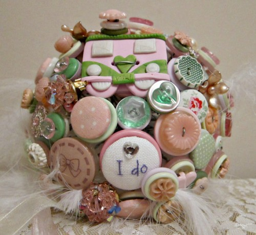 a funny brooch, button and badge wedding bouquet with feathers is a very cool and fun idea for a DIYer