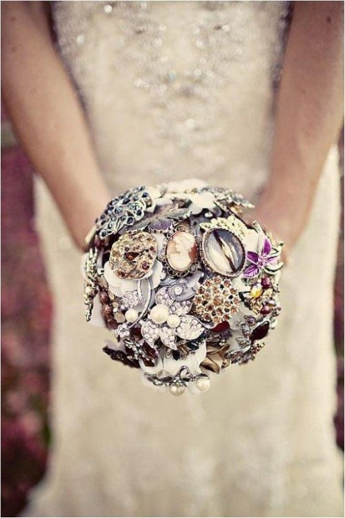 a refined brooch wedding bouquet is a nice idea for a vintage-loving bride, you can DIY it