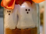 a jar with cocoa and ghost marshmallows is a cool Halloween wedding favor you can easily DIY