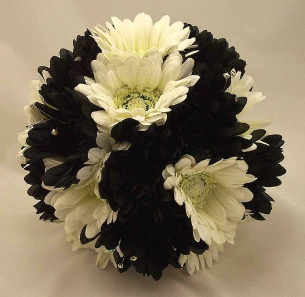 a black and white wedding bouquet is a timeless solution