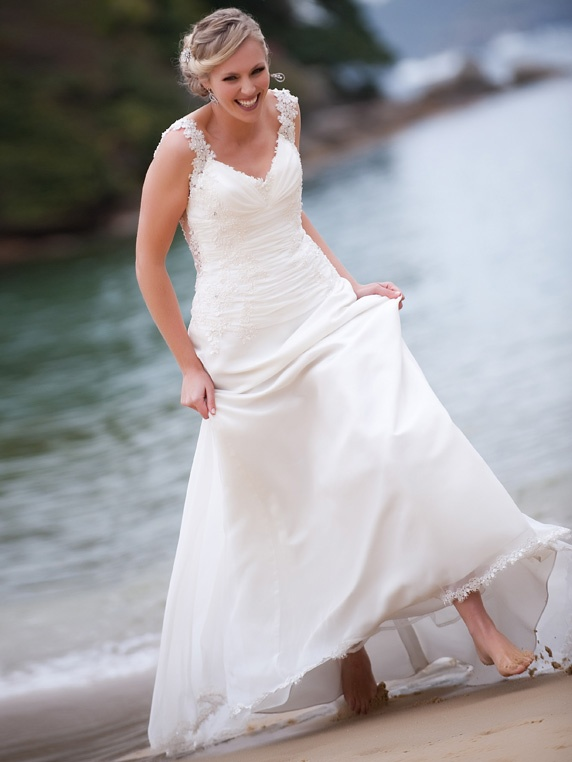 Picture of beautiful and relaxed beach wedding dresses for Very pretty wedding dresses
