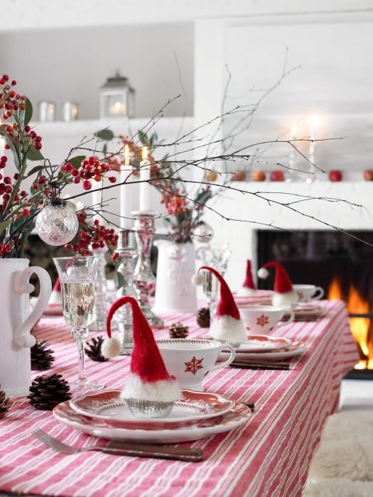 Picture of a chic christmas tablescape in red and white - Christmas table setting ideas ...
