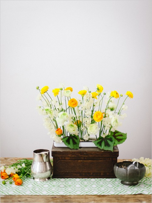 ranunculus centerpiece (via weddingomania)