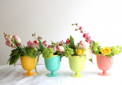 simple spring flowers centerpieces (via valleyandcolifestyle)