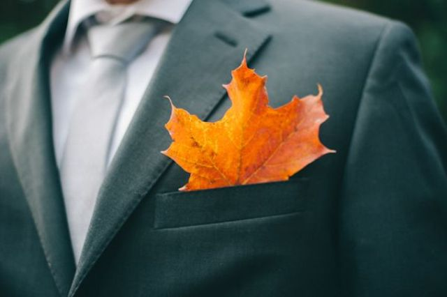 bold fall pocketsquare with a single orange leaf is a catchy and very modern idea for a fall groom