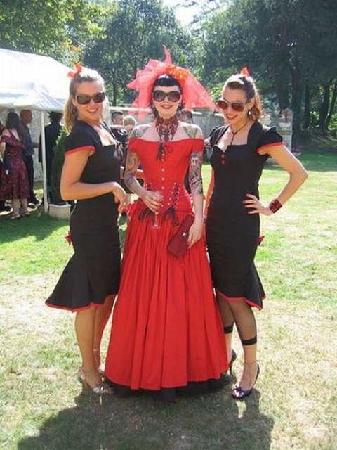 black and red sheath midi bridesmaid dresses with square necklines, cap sleeves and black shoes