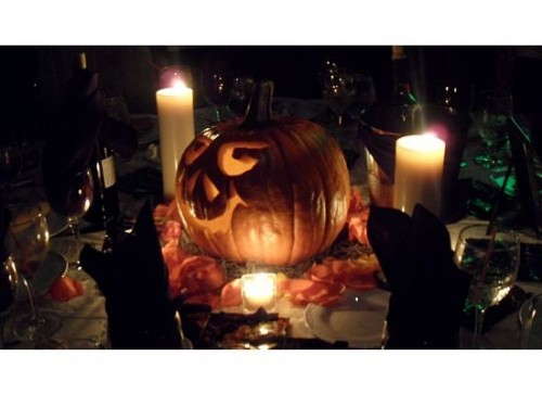a scary jack-o-lantern plus candles is a traditional and cool Halloween wedding centerpiece to go for