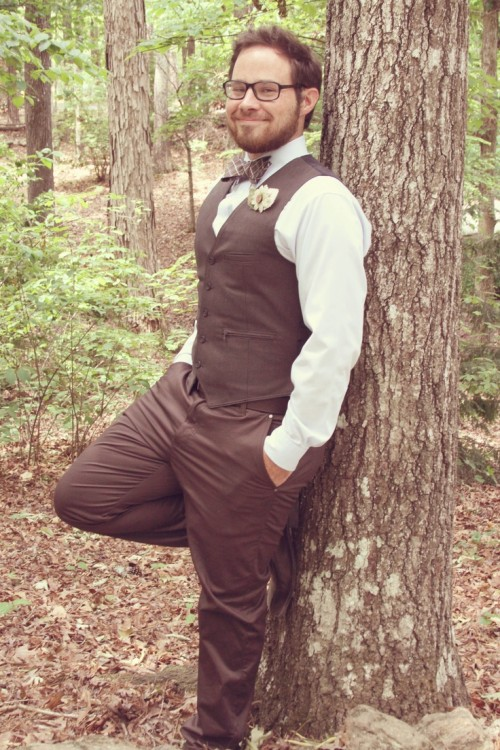 a brown suit with a waistcoat, a printed matching brown bow tie an a floral boutonniere for a stylish fall look