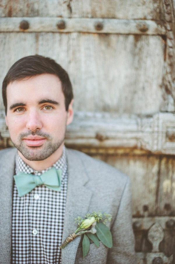 a grey woolen suit, a plaid shirt and a minty bow tie for a relaxed and a bit rustic groom's look
