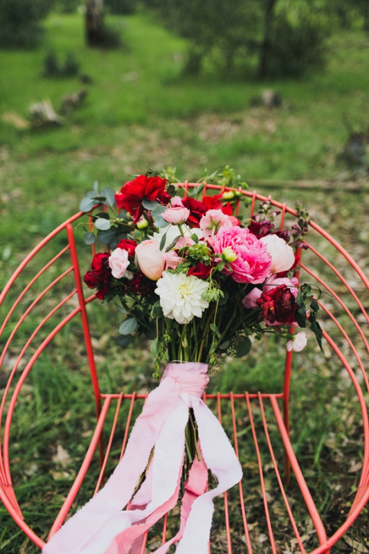 Picture Of bright and modern garden wedding inspiration  3