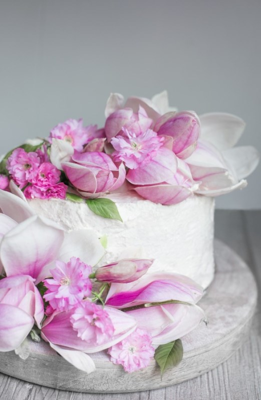 Picture Of charming diy magnolia wedding cake to bake yourself  3