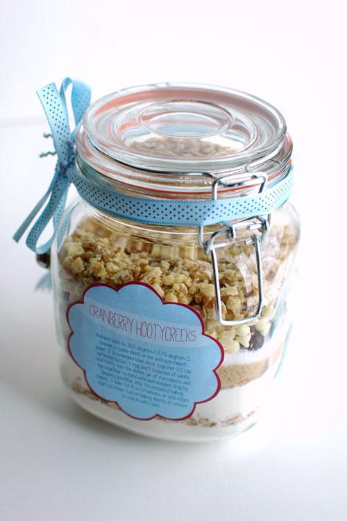 cookies in a jar favor (via intimateweddings)