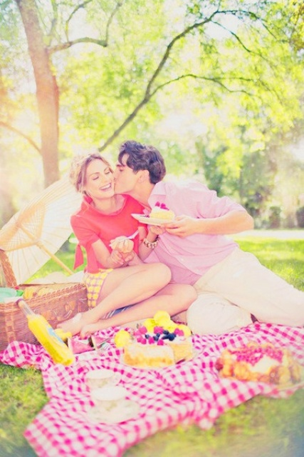 make a colorful and fun picnic and have fun together while being shot, enjoy sunshine and bold looks