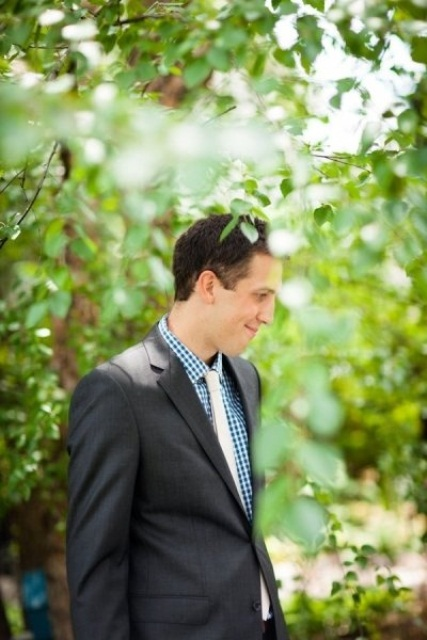 a simpel retro groom's look with a graphite grey suit, a blue checked shirt and a yellow tie