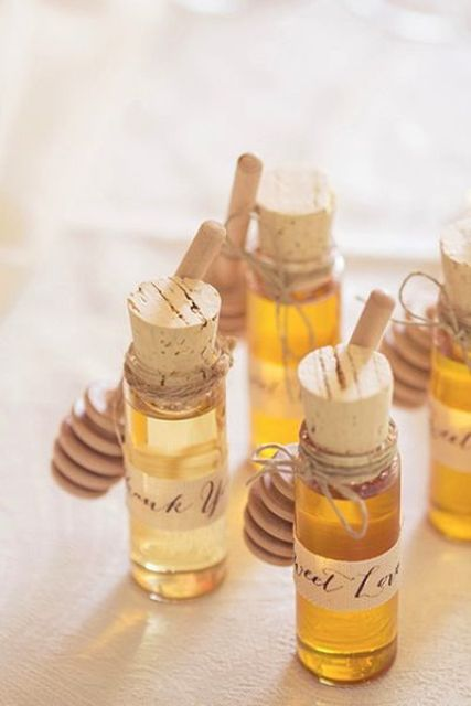 fresh honey in jars are cool wedding favors not only for a summer but also for any other wedding