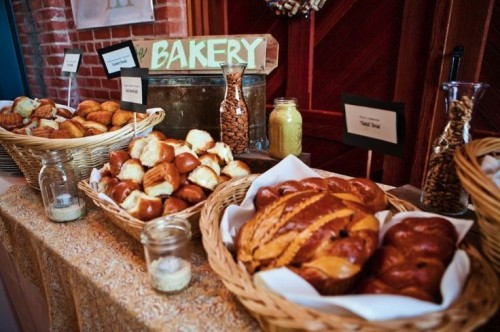 a bakery bar with lots of buns, pastries and cookies is ideal for the fall, it will make everyone feel cozy