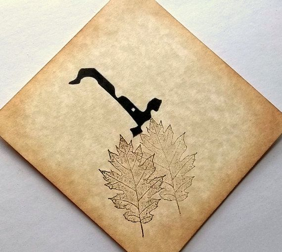 a cardboard table number with a number and some leaves printed is a veyr cool and stylish idea to match any wedding tablescape