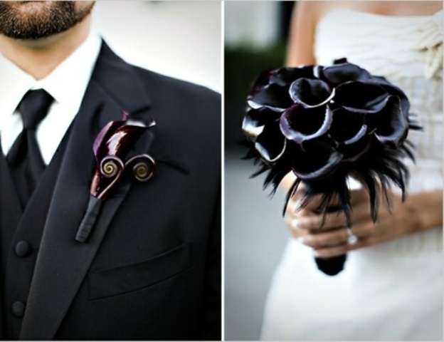 a deep purple calla bouquet with black feathers and a matching boutonniere are a stylish combo for a modern Halloween wedding