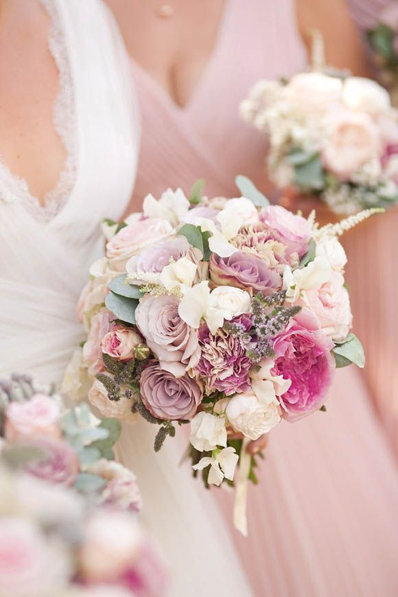 dot the wedding bouquets with mauve blooms to make them look more delicate, chic and romantic
