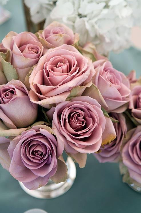 a wedding centerpiece of mauve roses is a very chic, elegant and beautiful idea for your wedding