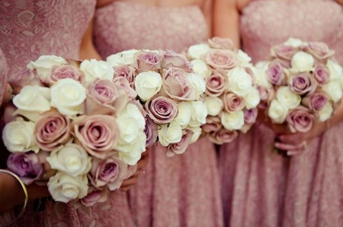 wedding bouquets of white and mauve roses for a chic and stylish look at the wedding