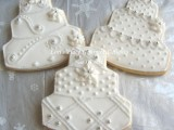 cake-shaped cookies with white icing are stylish and refined for a winter wedding