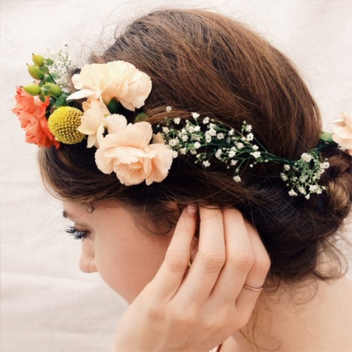 Charming And Whimsy DIY Floral Bridal Headpiece (via weddingomania)
