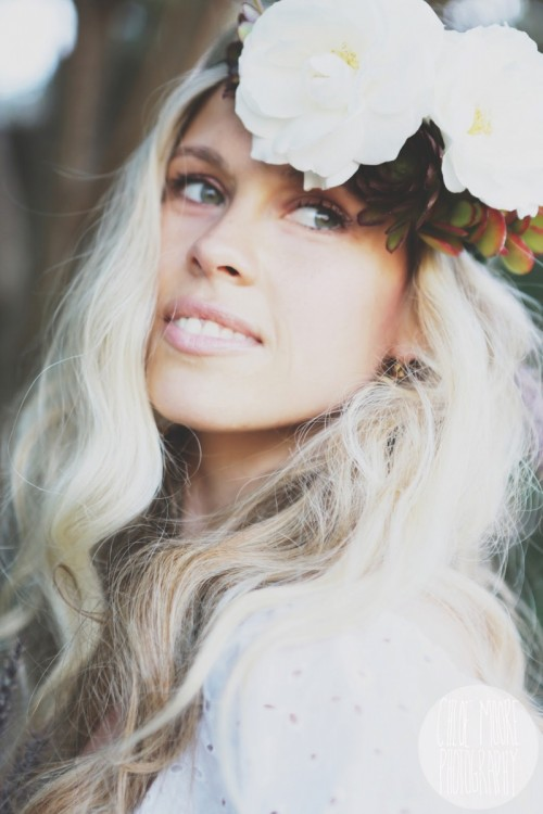 Hippie-Inspired DIY Flower Crown (via weddingomania)