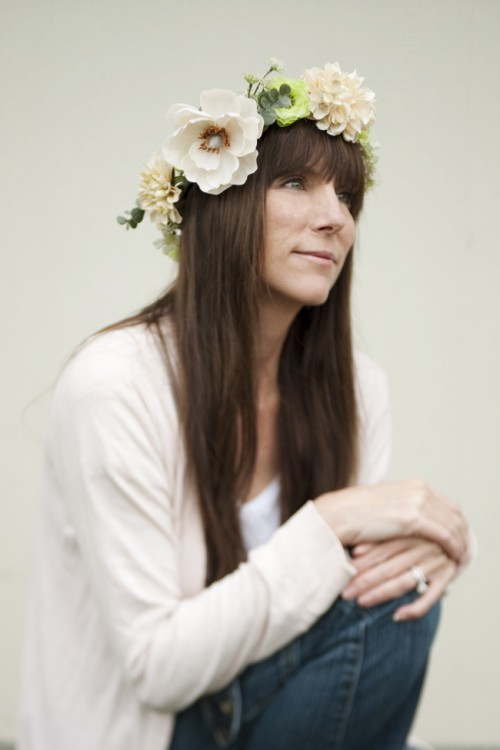 DIY Monochrome Flower Crown (via fabyoubliss)