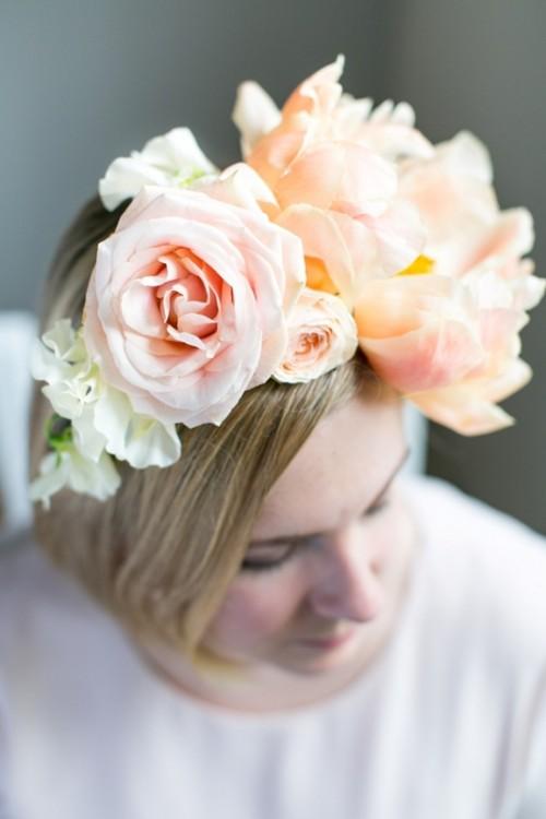 Original DIY Assymetrical Floral Headband (via weddingomania)