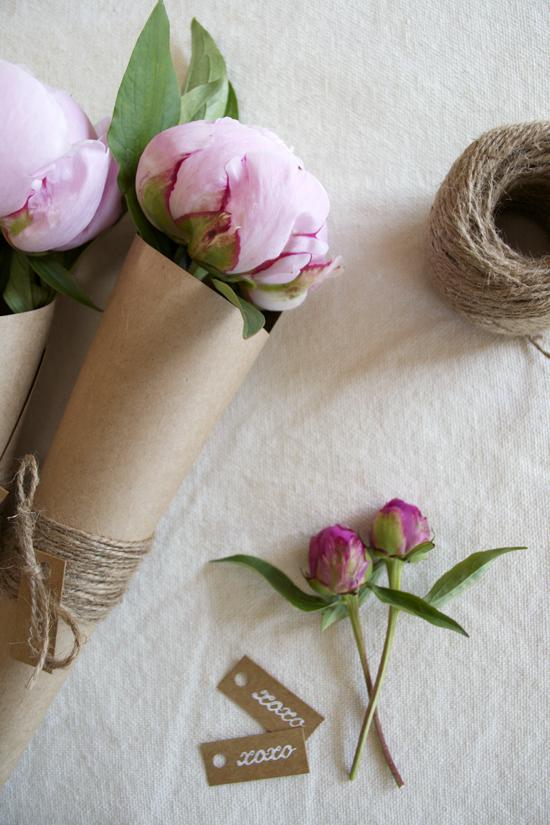 DIY Flower Favors With Twine And TagsWeddingomania