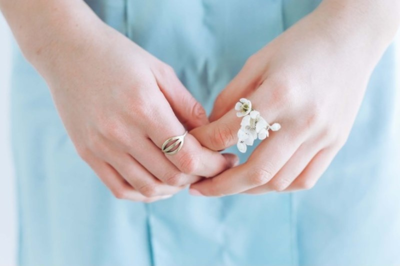Picture Of diy fresh floral rings for your bridesmaids  2