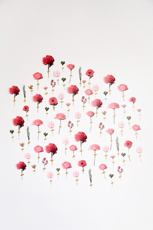 paper flower wedding backdrop (via weddingomania)