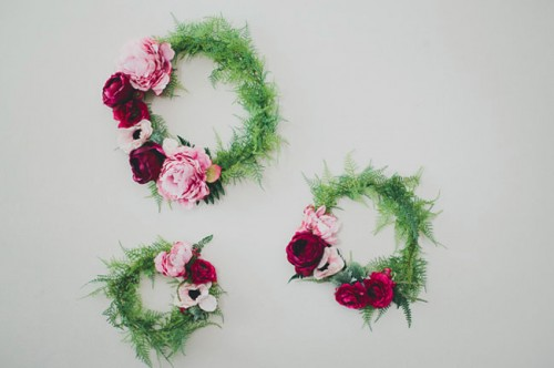 silk flower wreath backdrop (via weddingomania)