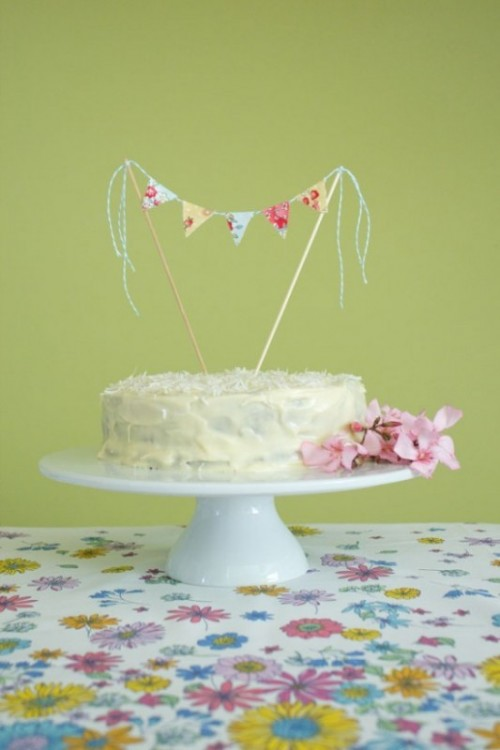 DIY Sweet And Homespun Cake Topper (via weddingomania)
