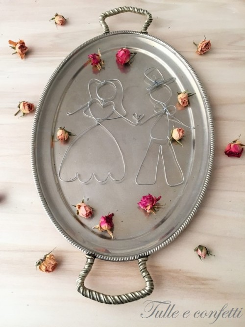 DIY Wire Cake Topper (via tulleeconfetti)