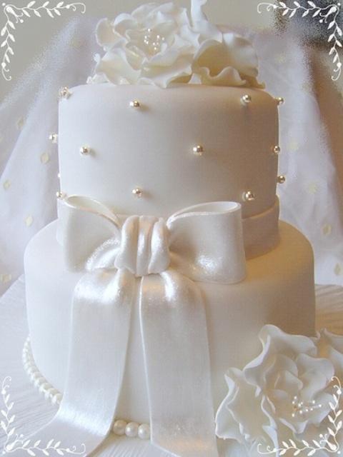 31 Exquisite All White Wedding Cakes Weddingomania