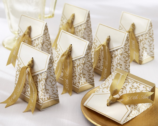 white and gold printed packs with sweets are great for a refined gold and white wedding