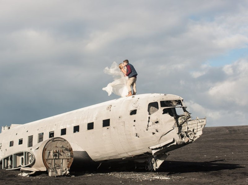 Picture Of extraordinary and stunning anniversary session in iceland  18