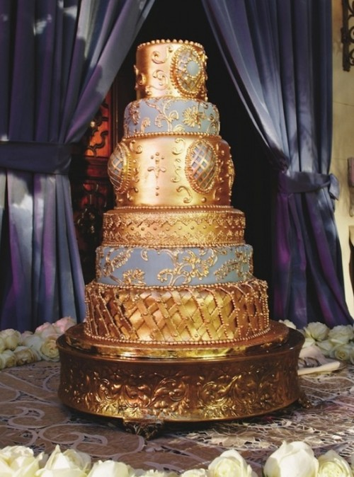 a Royal wedding cake in gold and grey and gold patterns looks really refined and very gorgeous