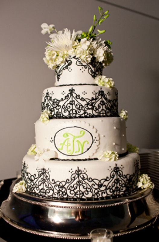 42 gorgeous black and white wedding cakes weddingomania. Black Bedroom Furniture Sets. Home Design Ideas