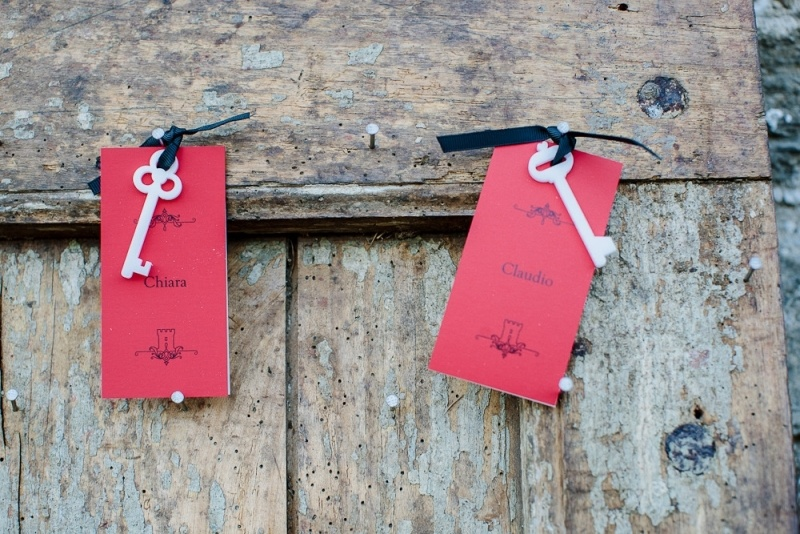 red cards with vintage keys are amazing as escort cards or wedding favors