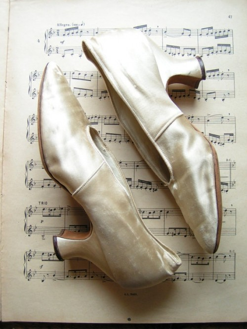 pearly velvet vintage wedding shoes will add a strong vintage feel to the look and a refined touch with velvet