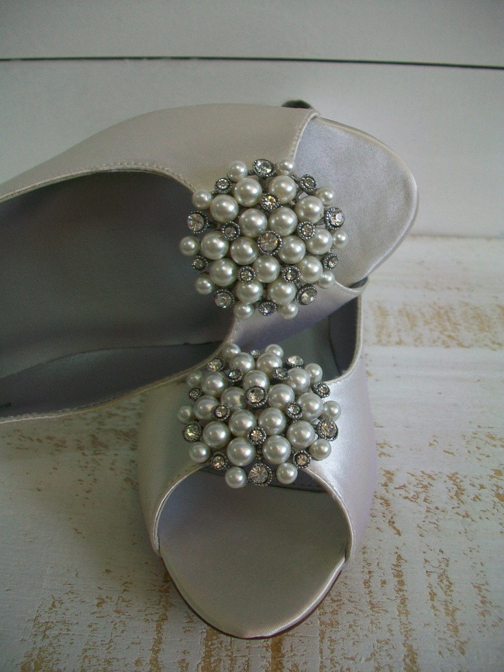 silver open toe shoes with pearly circles for a romantic vintage touch to the look and a chic feel