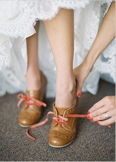 brown leather booties with pink laces will give a strong retro feel to your look and a touch of romance with pink
